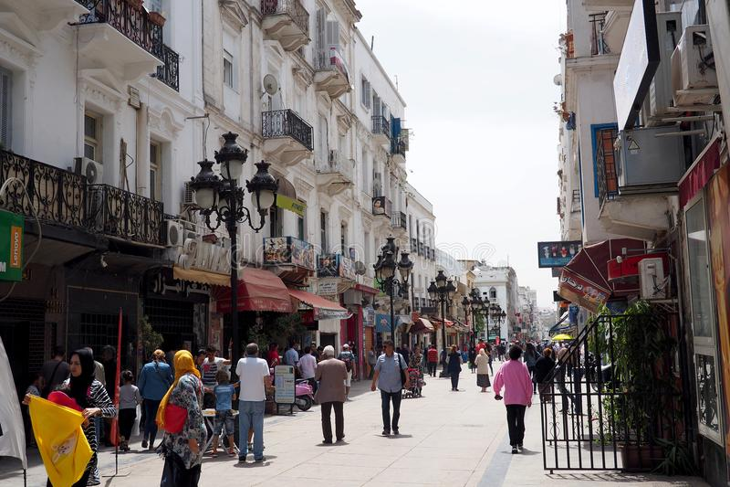 Vista delle vie di Tunisi del centro, con la torre di orologio famosa fotografia stock