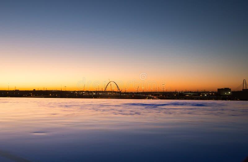 Vista dello stagno di infinito dell'orizzonte di Dallas immagini stock