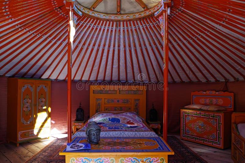 Vista dentro de um yurt, de um alojamento tradicional do nômada em Ásia e principalmente de um Mongólia Mobília colorida e minúsc fotos de stock royalty free