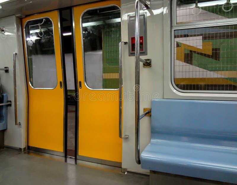 Vista dentro do metro na estação imagens de stock royalty free