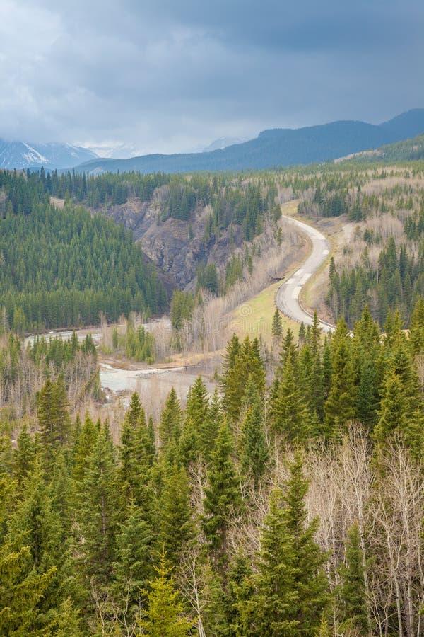 Vista dentro a um vale em Rocky Mountains no parque provincial do rio dos carneiros, Alberta imagem de stock