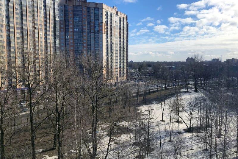 Vista desde arriba del paisaje de la ciudad de la primavera imagen de archivo libre de regalías