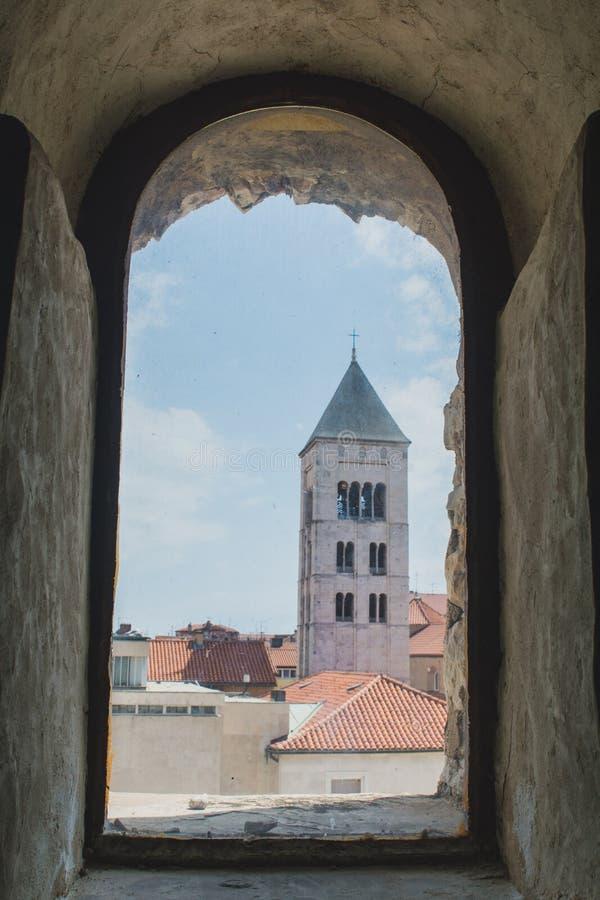 Vista desde la ventana antigua en Zadar