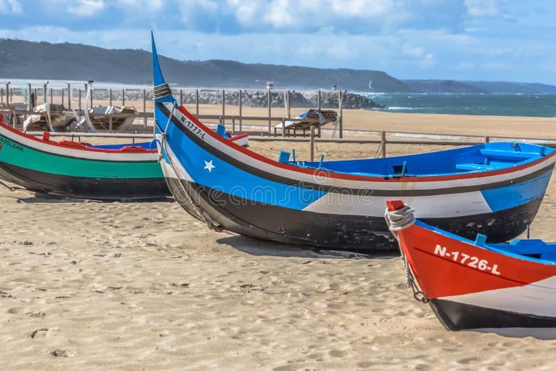 Vista detalhada de barcos de pesca coloridos e tradicionais na praia de Nazare imagem de stock royalty free
