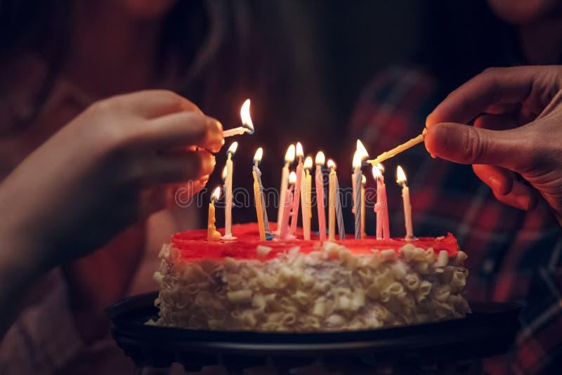 Vista detalhada de um bolo de aniversário branco com vela imagens de stock