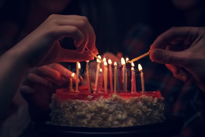 Vista detalhada de um bolo de aniversário branco com vela fotografia de stock royalty free