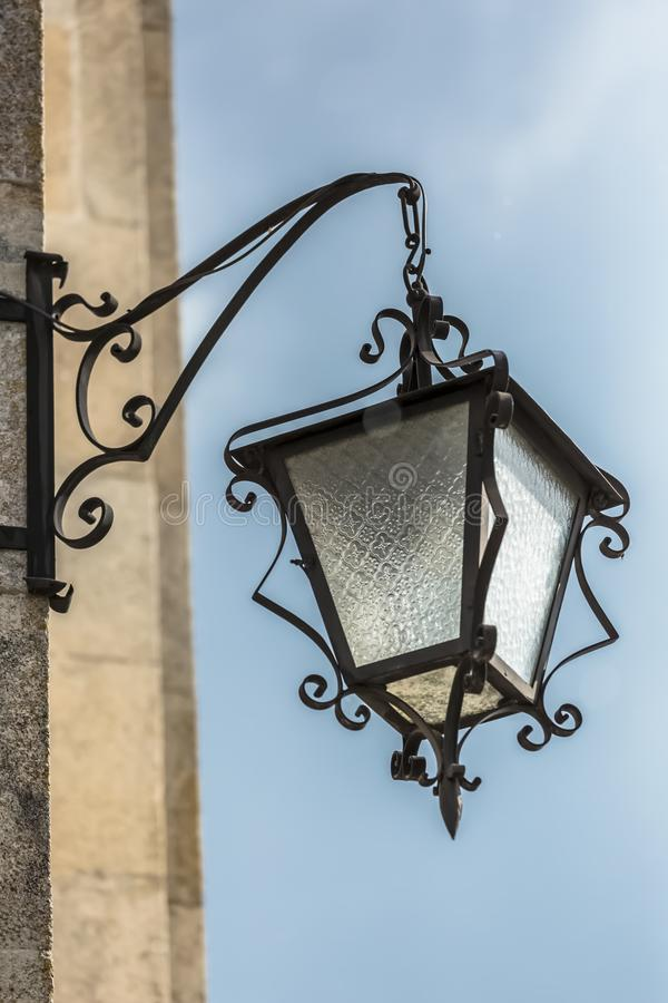 Vista detalhada de uma lâmpada de rua imagens de stock