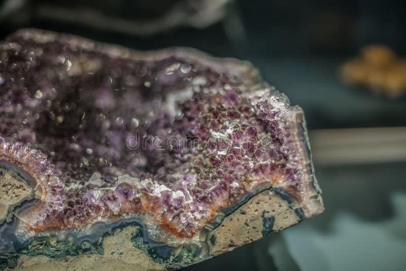 Vista detalhada de uma pedra mineral no fundo borrado foto de stock royalty free