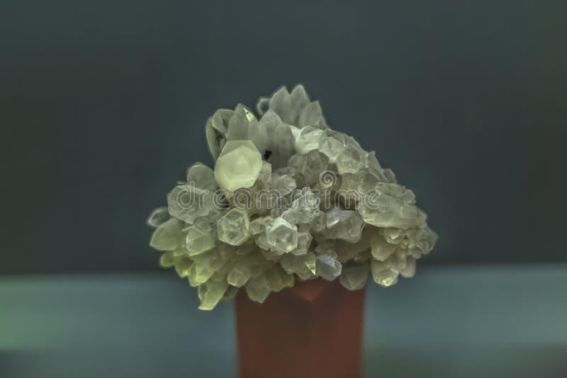 Vista detalhada de uma pedra mineral no fundo borrado imagens de stock