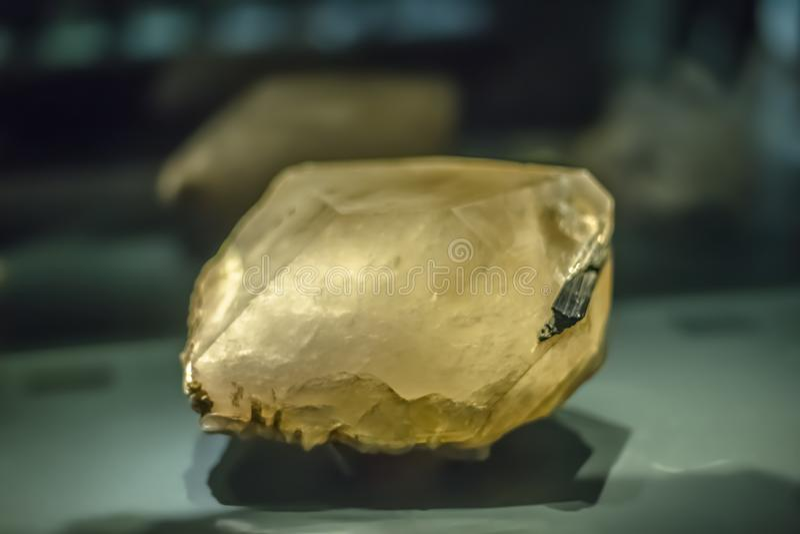 Vista detalhada de uma pedra mineral no fundo borrado imagens de stock royalty free