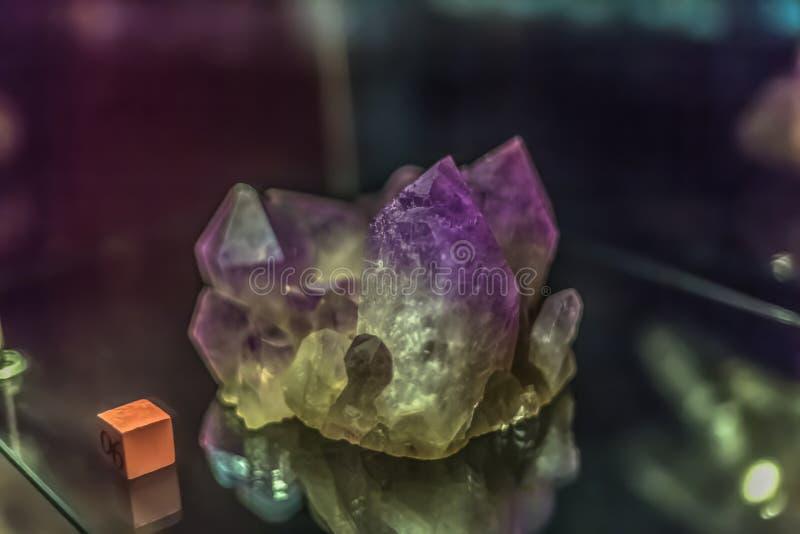 Vista detalhada de uma pedra mineral no fundo borrado foto de stock