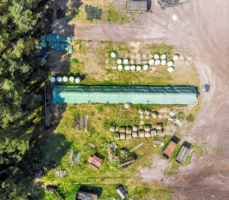 Vista detalhada do ar de um lugar do armazenamento para uma exploração agrícola, com ensilagem, feno e palha, vista aérea imagem de stock royalty free
