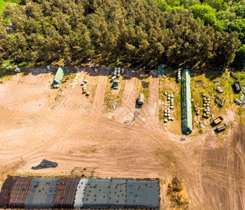 Vista detalhada do ar de um lugar do armazenamento para uma exploração agrícola, com ensilagem, feno e palha, vista aérea imagens de stock