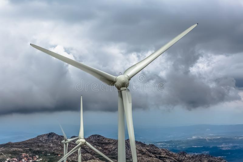 Vista detalhada do turbinas eólicas sobre montanhas fotos de stock