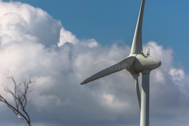 Vista detalhada do turbinas e?licas sobre montanhas fotos de stock