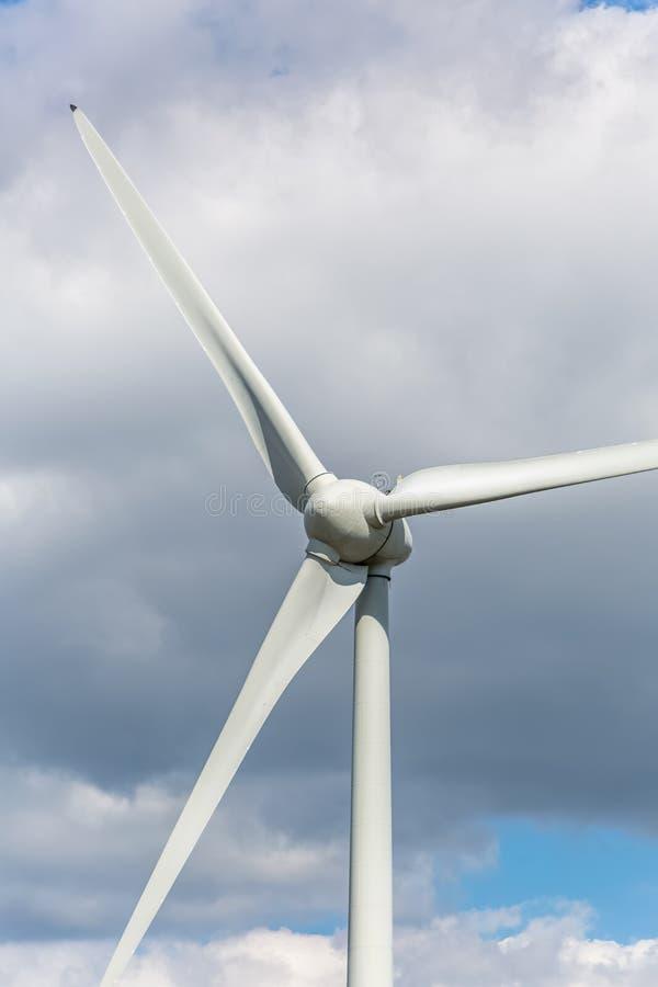 Vista detalhada do turbinas e?licas sobre montanhas foto de stock royalty free