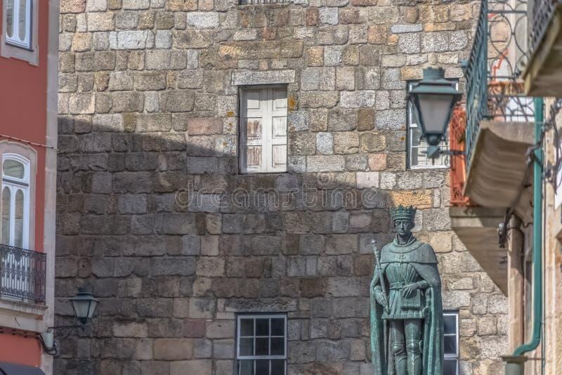 Vista detalhada na fachada lateral da catedral de Viseu e de D Est?tua de Duarte foto de stock royalty free