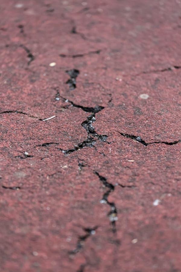 Vista detalhada na raia no pavimento da estrada asfaltada foto de stock