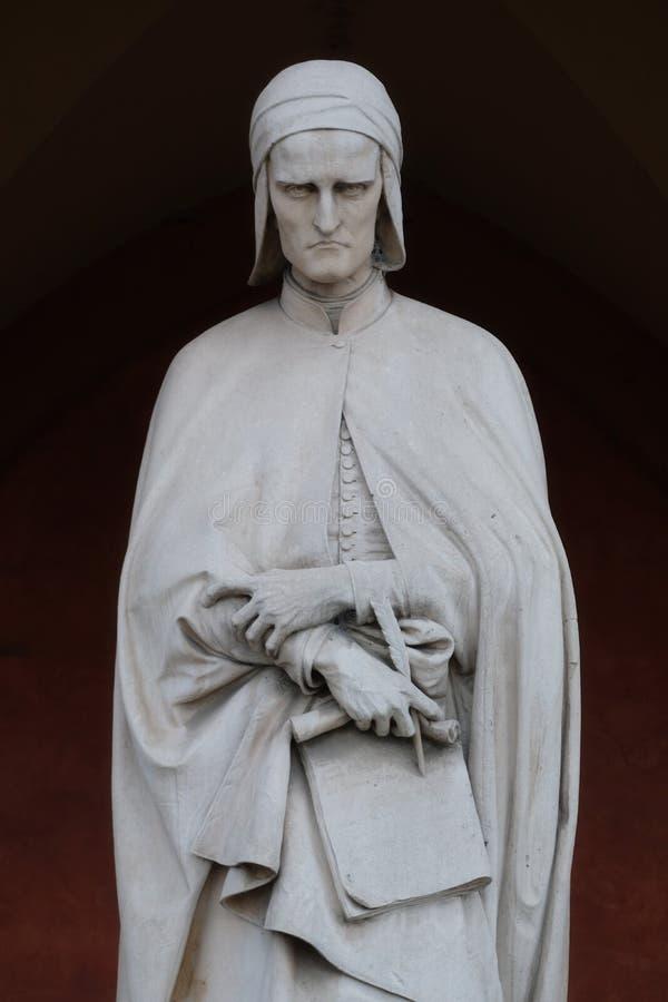 Vista detalhada sobre a estátua de Dante sob as arcadas de Loggia Amulea, Pádua, Itália fotos de stock
