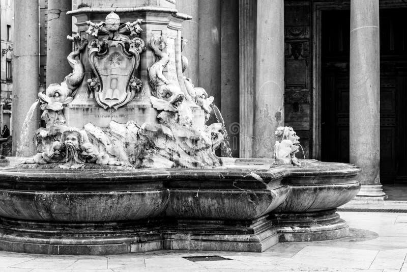 Vista detallada de la fuente del panteón, italiana: Fontana del Pantheon, en el della Rotonda de la plaza, Roma, Italia imagenes de archivo