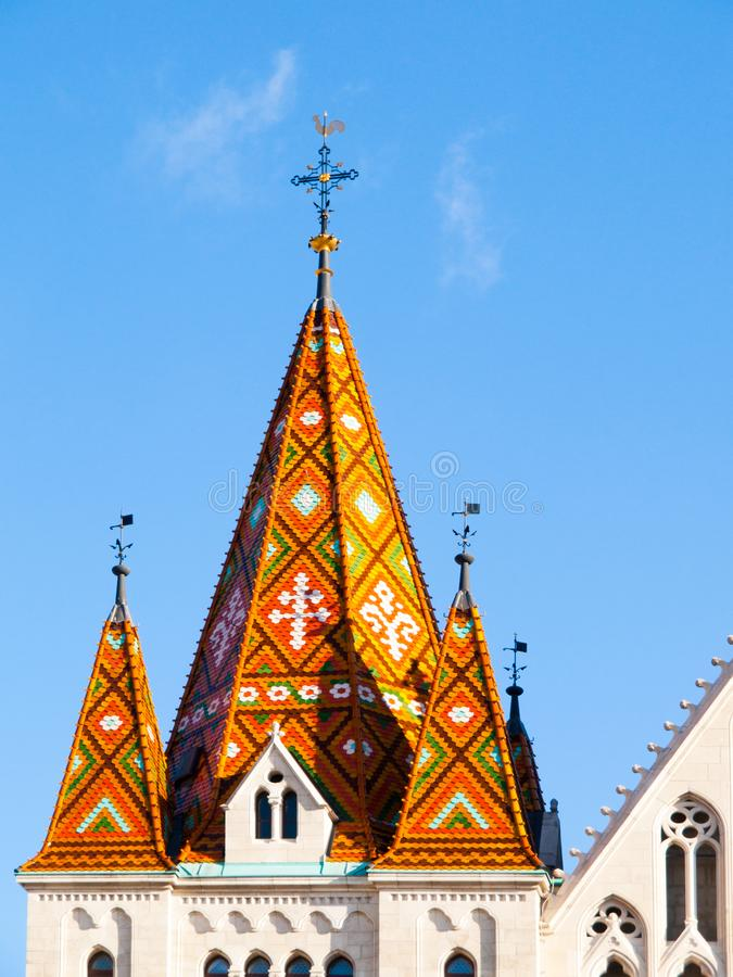 Vista dettagliata del tetto variopinto della torre di Matthias Church, Matyas-templom, Budapest, Ungheria immagini stock libere da diritti