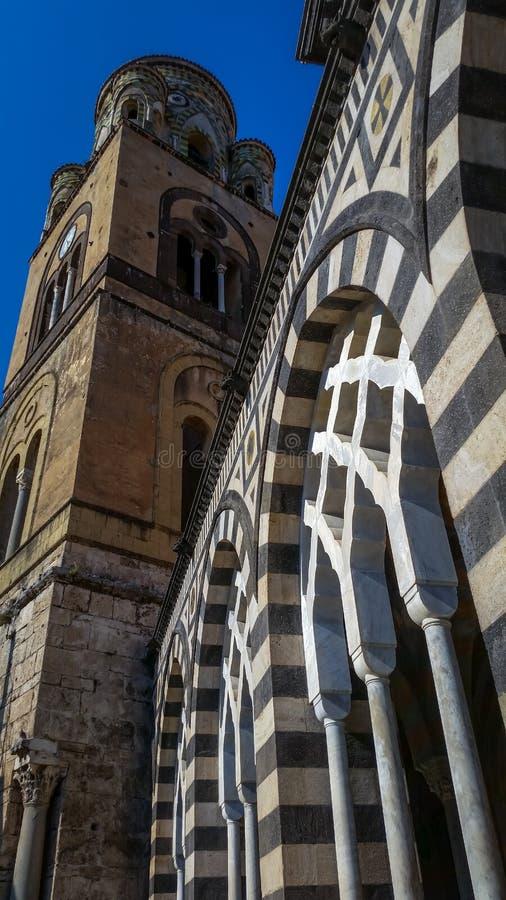 Vista dettagliata della cattedrale di Amalfi dedicata all'apostolo St Andrew nella piazza del Duomo a Amalfi Italia fotografia stock libera da diritti