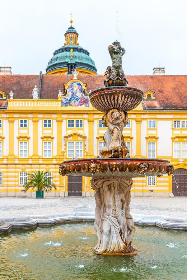 Vista dettagliata della fontana su Courtyard di PRely, Melk Abbey, Melk, Austria immagini stock