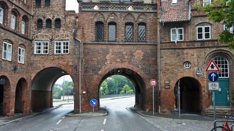 Vista dettagliata di Burgtor o Burg Tor North Gate in stile gotico, bellissima architettura, Lubeck, Germania fotografia stock libera da diritti