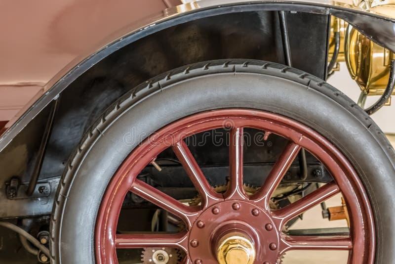 Vista dettagliata di un'automobile classica, del dettaglio della zona della ruota, della gomma e del parafango fotografie stock