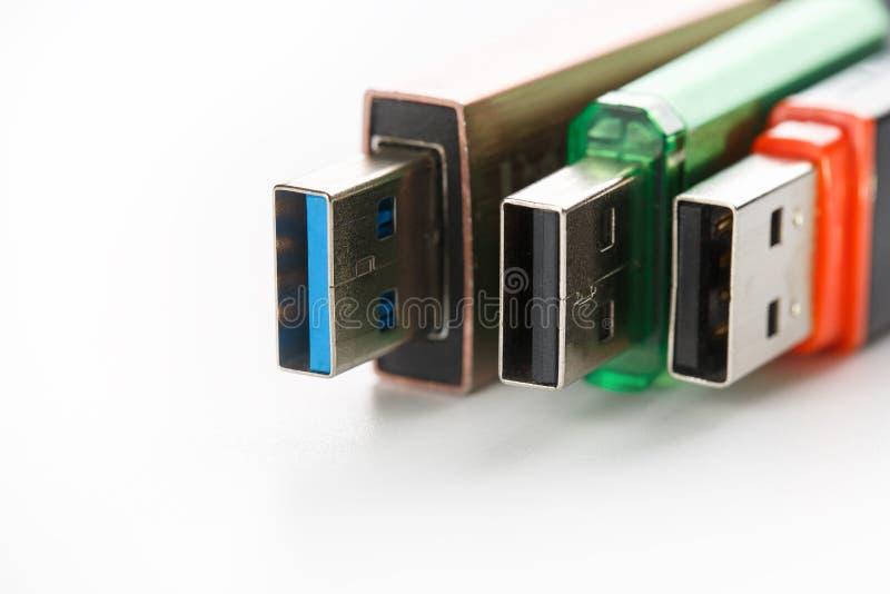 Vista dettagliata di una chiavetta USB nera con un connettore argento-blu Foto su un fondo bianco fotografie stock