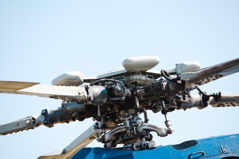 Vista dettagliata sui rotori e sulle lame del motore dell'elicottero - idraulico immagini stock libere da diritti