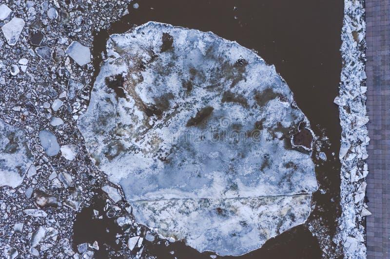 Vista di Aierial dall'alto verso il basso sulle banchise che galleggiano sul fiume fotografia stock libera da diritti