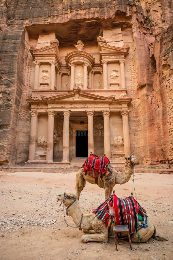 Vista di Al-Khazneh famoso (aka Ministero del Tesoro) nel PETRA (Giordania) fotografia stock