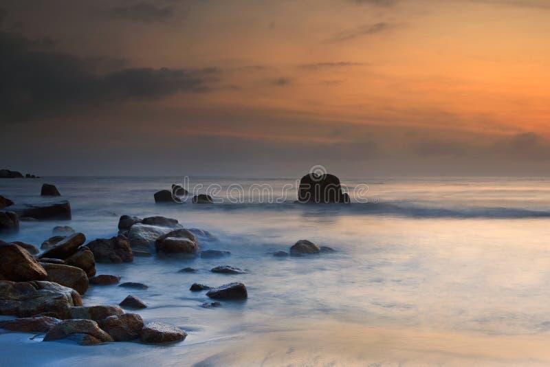 Vista di alba alla spiaggia Kuantan Malesia fotografia stock libera da diritti