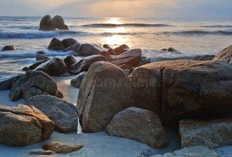 Vista di alba alla spiaggia Kuantan Malesia fotografie stock