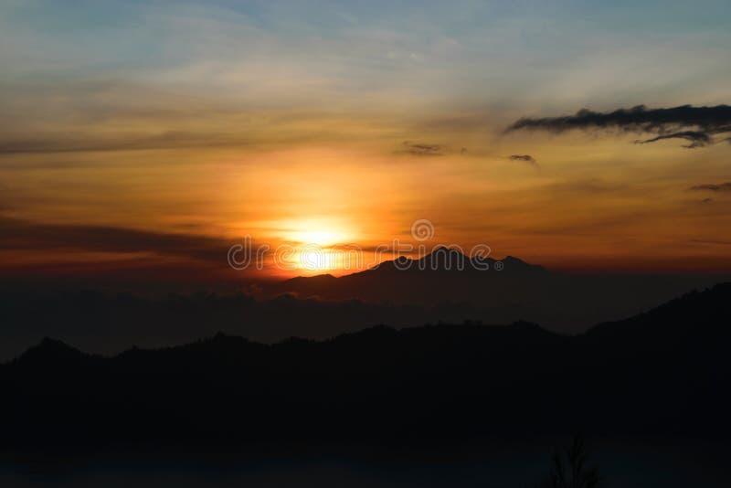 Vista di alba di Arly dal vulcano di Gunung Batur in Bali con visibile fotografia stock libera da diritti