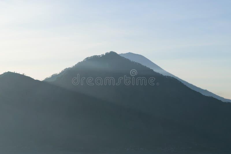 Vista di alba dal vulcano di Gunung Batur in Bali con il vulcano visibile di Agung del supporto fotografie stock