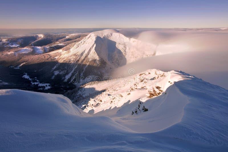 Vista di alba del baccello Snezkou del PEC nelle montagne di Krkonose nell'inverno Repubblica ceca Vista panoramica di mattina so fotografia stock
