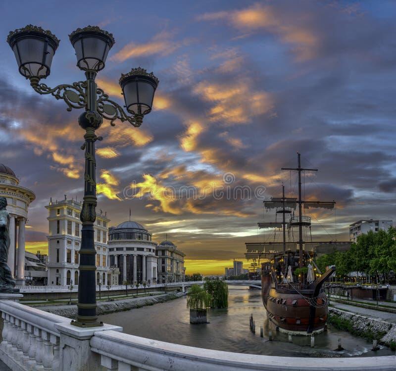 Vista di alba del centro urbano di Skopje fotografie stock libere da diritti