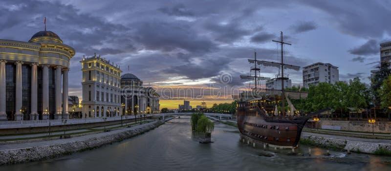 Vista di alba del centro urbano di Skopje immagini stock libere da diritti