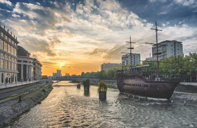 Vista di alba del centro urbano di Skopje immagini stock