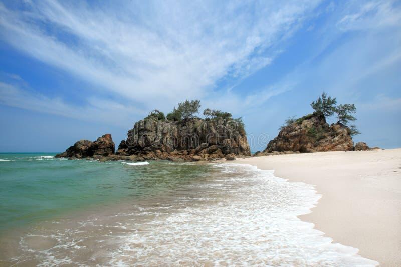 Vista di alba della spiaggia di sabbia con le rocce fotografia stock