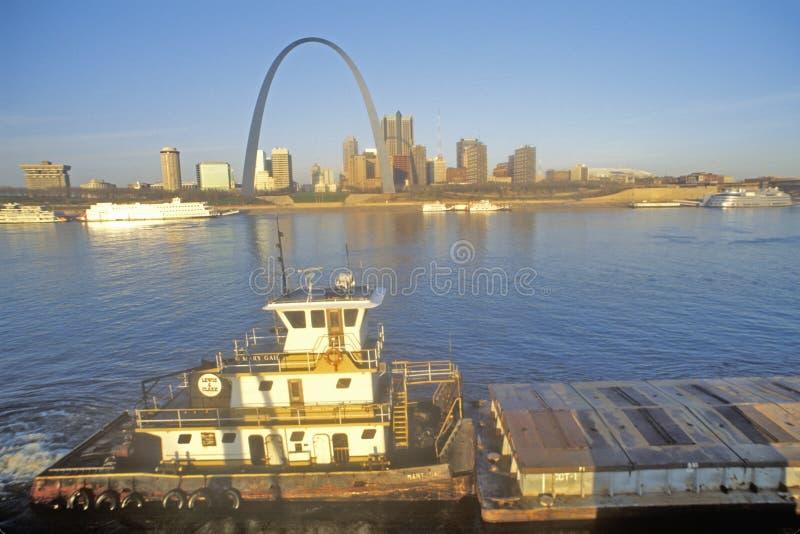 Vista di alba di St. Louis, orizzonte di Mo dal Mississippi fotografie stock