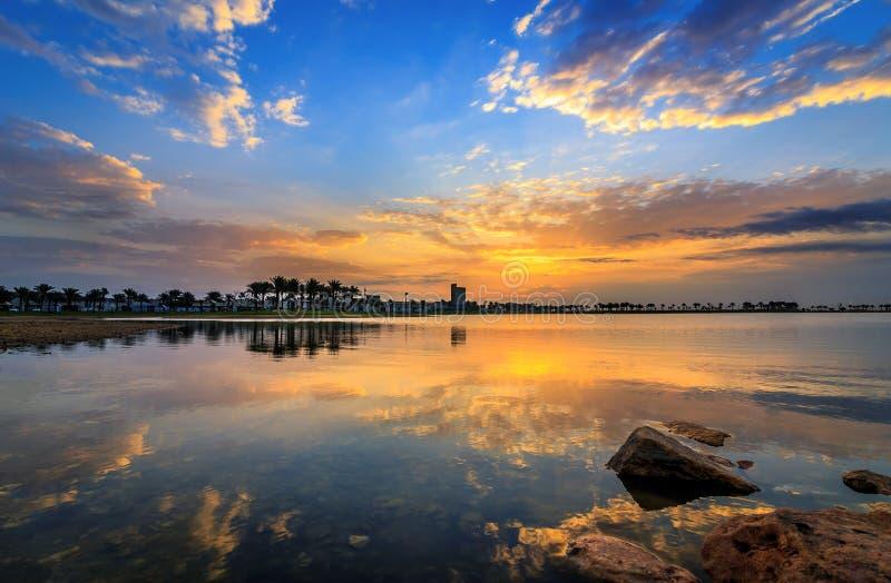 Vista di alba di dramma di mattina nel lago Dammam Arabia Saudita Modon immagine stock libera da diritti