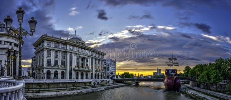 Vista di alba nel centro urbano di Skopje fotografia stock libera da diritti