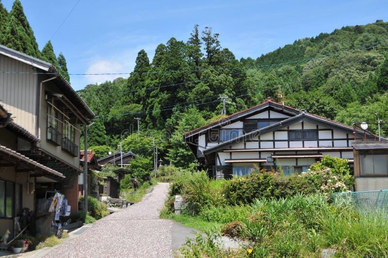 Vista di alcune case giapponesi tipiche della campagna sulla traccia famosa della strada di Nakasendo fotografia stock