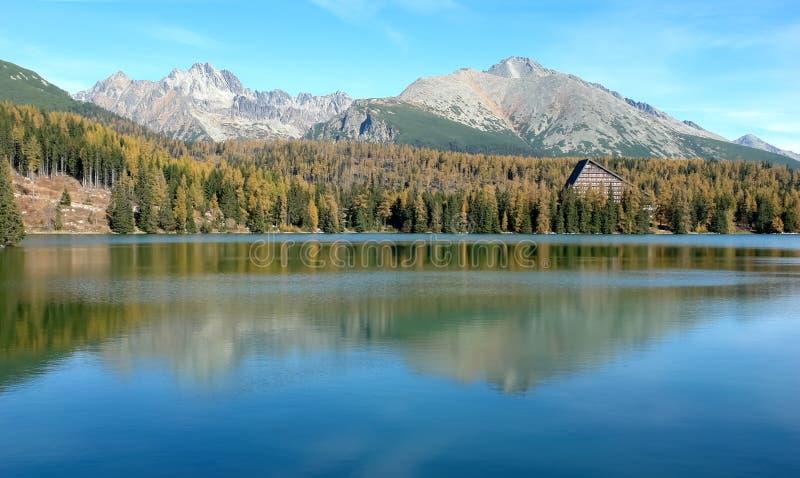 Vista di alte montagne di Tatras e del lago Strbske Pleso dentro fotografia stock libera da diritti
