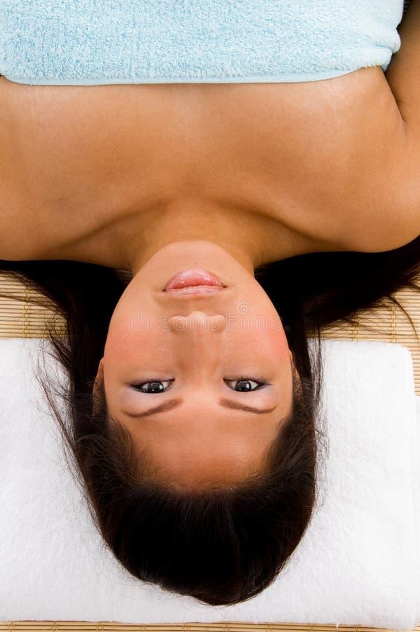 Vista di alto angolo di stenditura della donna che esamina macchina fotografica fotografia stock