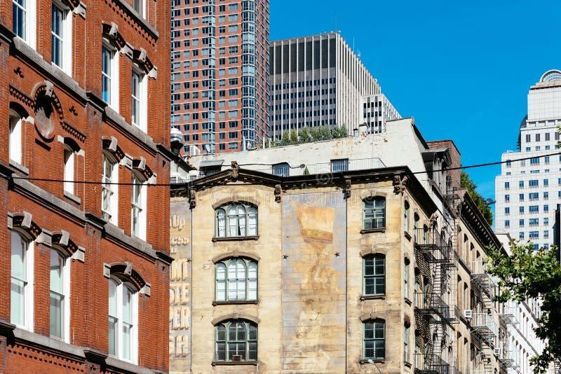 Vista di angolo basso degli edifici residenziali tradizionali in Tribeca fotografia stock