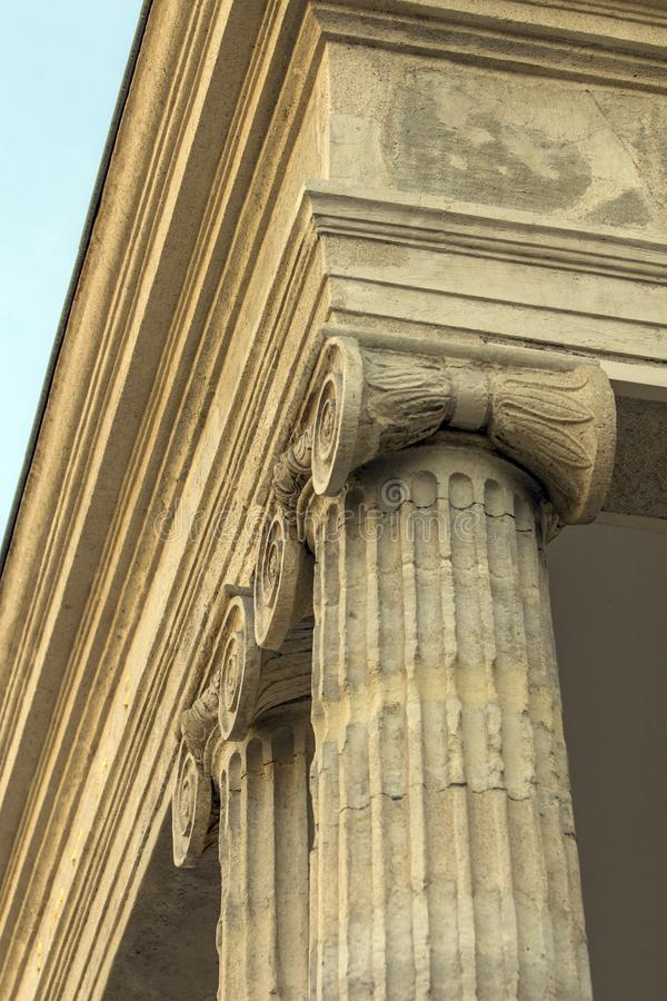 Vista di angolo basso dei capitali e del fregio di colonna ionici di ordine fotografia stock libera da diritti